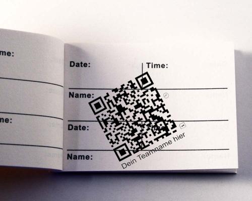blauer qr code auf brief