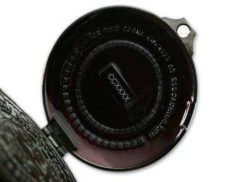 Pocket Cache Counter Geocoin Black Nickel Rot Innenseite
