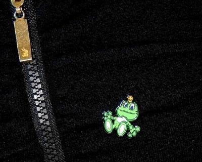 Signal Pin auf Kleidung
